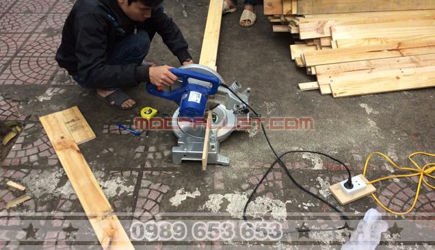 Quá trình cắt thanh gỗ pallet để lắp đặt