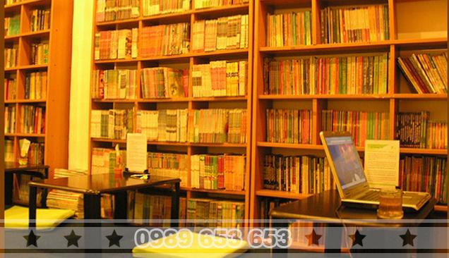 Kệ sách dùng trong quán cà phê bệt