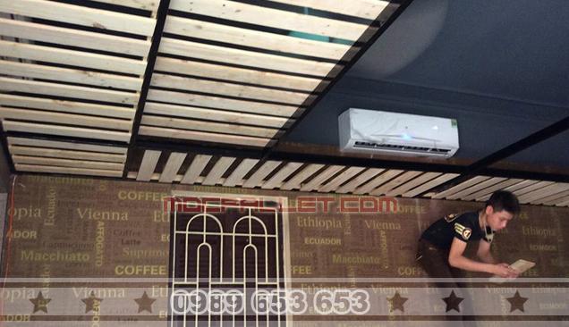 Hình ảnh nhân viên Siêu Việt đang thi công ốp trần cho quán cà phê
