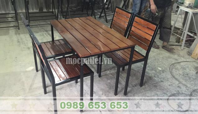 Bộ bàn ghế chân sắt mặt gỗ thông BGS124