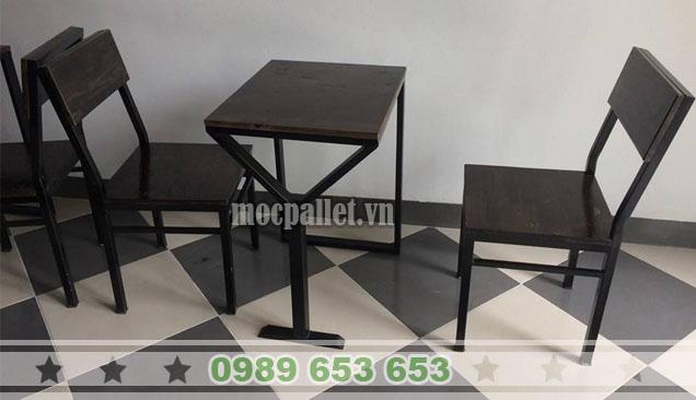 Bộ bàn ghế cafe chân sắt mặt gỗ thông pallet BGS128